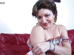 Pornó videó egy felnötfilmek lány, tele vágy, simogatni magát a motorkerékpár. Kategória barna, maszturbáció, tini.